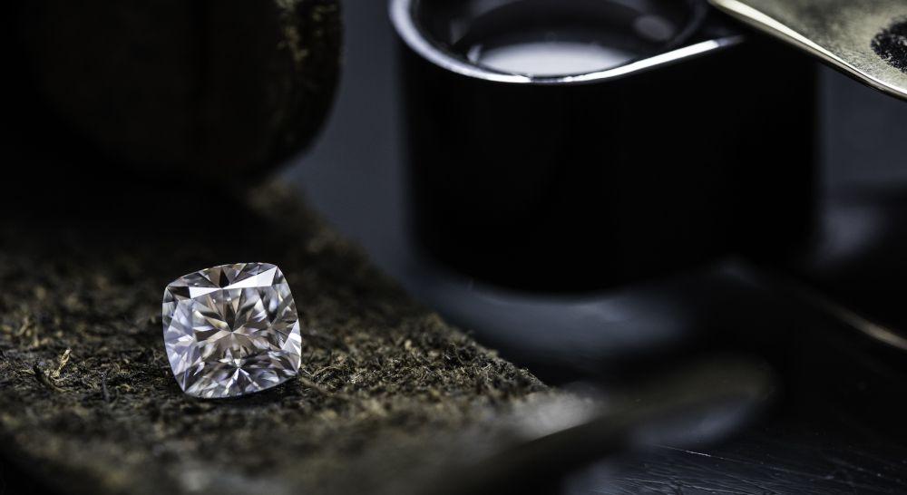 Diamant mit Lupe von Experten Spezialisten hohe Qualität spezielle Form