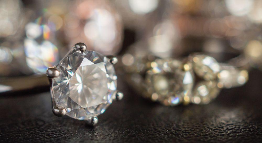 Diamant Brillant Ring weiss gelbe farbige Diamanten im Hintergrund