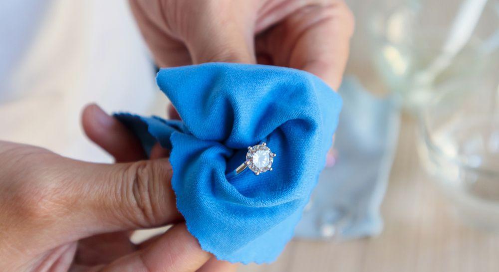 Diamant Schmuck reinigen putzen mit Tuch, fettfreier Diamant
