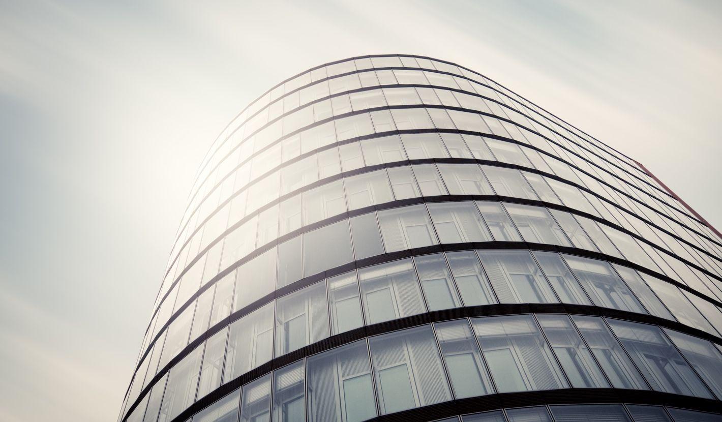 Modernes Bürogebäude symbolisiert eine erfolgreiche Anlage in Diamanten