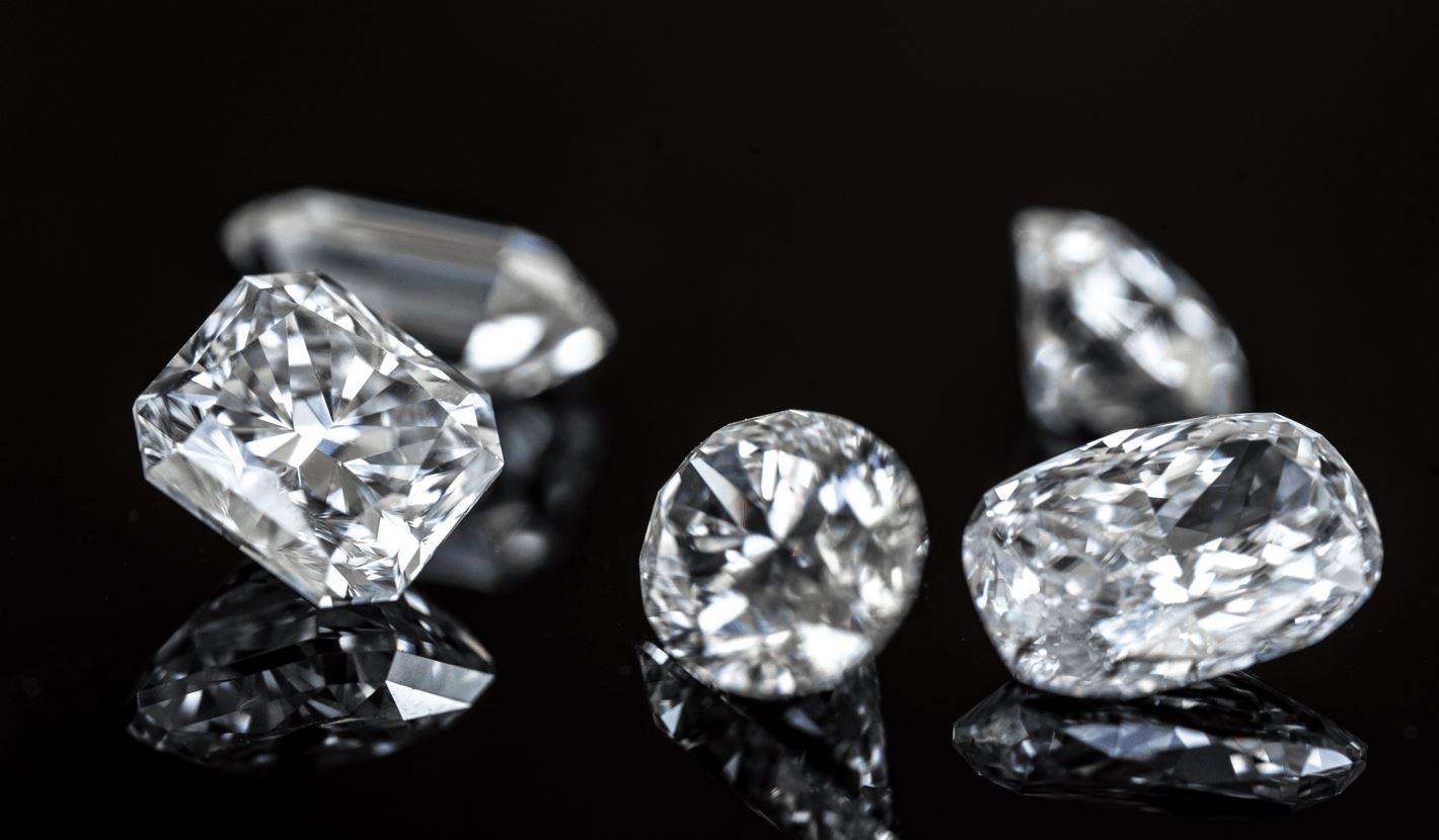 Lose Diamanten auf schwarzem Hintergrund