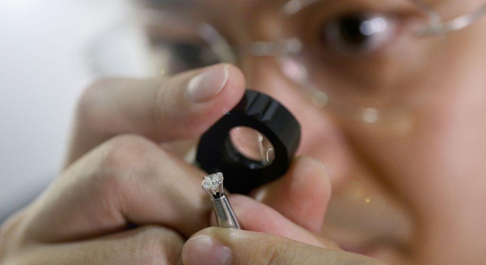 Diamant Spezialist Gemmologe prüft Qualität Diamant mit Lupe lupenrein
